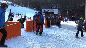 To ostatni weekend, w którym miłośnicy sportów zimowych mogli poszusować na stokach. Dużej przeszkody nie stanowił reżim sanitarny, a korki