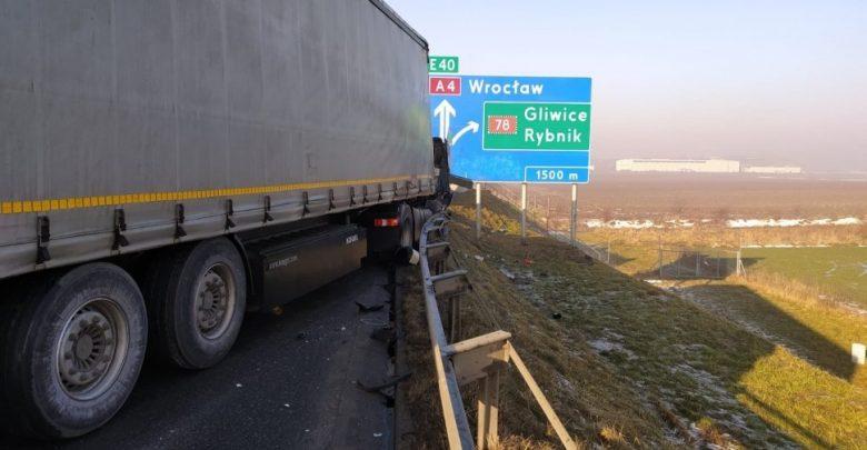 Gliwicka policja informuje, że utrudnienia po karambolu z udziałem trzech ciężarówek w Gliwicach na autostradzie A4 potrwają jeszcze kilka godzin (fot.KMP Gliwice)