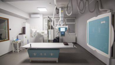 """Anna Krzysztofik, starszy technik RTG i Inspektor Ochrony Radiologicznej w """"Jedynce"""" mówi, że teraz pacjenci już nie będą otrzymywać kliszy, a płytkę z nagranym na niej zdjęciem. [for. UM Bytom]"""