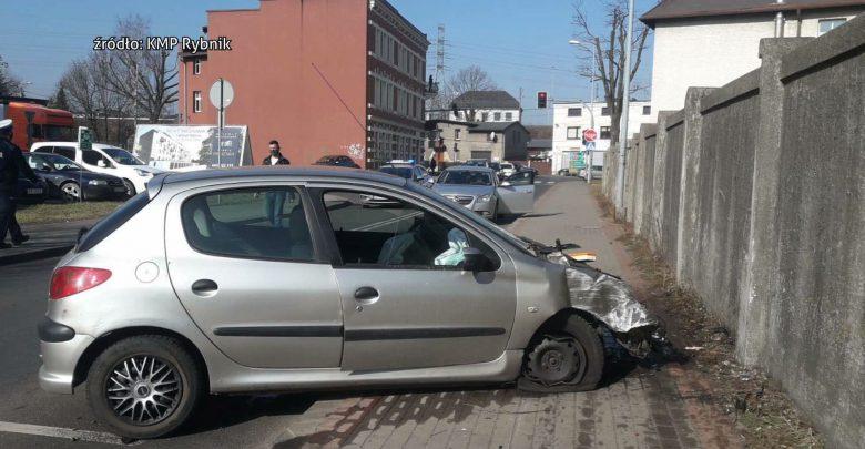 Rybnicka policja ścigała dziś rano ulicami miasta pijanego kierowcę. Wcześniej otrzymali zgłoszenie o kierowcy jadącym ulicą Przemysłową w dzielnicy Paruszowiec-Piaski