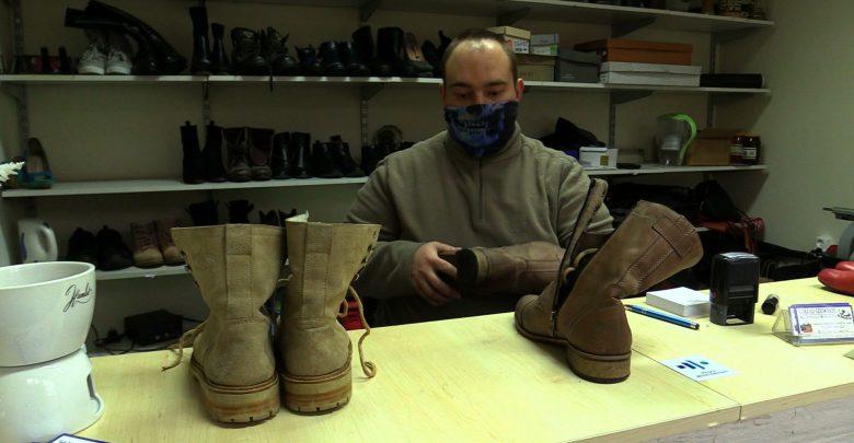 """W Jaworznie szewc rozdaje ludziom buty! """"Szkoda, żeby dobre buty się marnowały"""""""