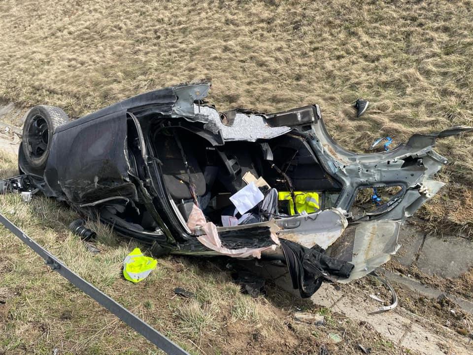 Rozerwany na pół Opel na A1 w Świerklańcu! Za kierowcą wysłano pościg policjantów z psami! (fot.Policja Śląska)