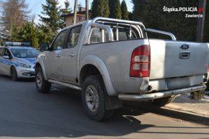 W Łazach na ulicy Narutowicza doszło do groźnego zdarzenia drogowego. Kierujący samochodem typu pickup uszkodził trzy zaparkowane pojazdy, a następnie odjechał (fot.KPP Zawiercie)
