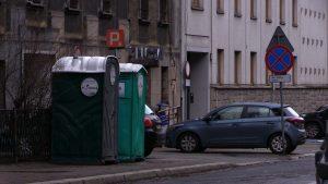 Toalety mobilne postawione zostały przez Miejski Zarząd Ulic i Mostów dla osób, które kontrolują opłacanie parkingów