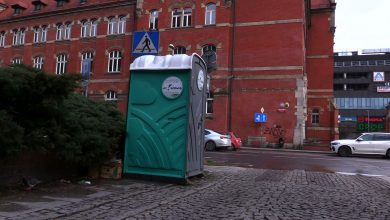 Toi toi wątpliwą ozdobą centrum Katowic. Miasto postawiło przenośne toalety, internauci mają używanie