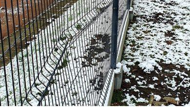 Jakiś DZBAN zniszczył nowe ogrodzenie w Mysłowicach [ZDJĘCIA] Fot. MOSiR Mysłowice