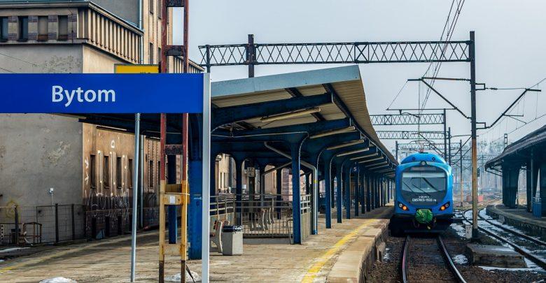 Zdjęcie pociągu na stacji kolejowej. Do Katowic znów można pojechać pociągiem