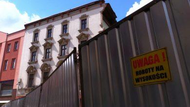 Coraz bliżej odbudowy zabytkowej kamienicy w Rybniku, która runęła 18 marca. Ściana frontowa kamienicy zawaliła się wtedy na część deptaku na ulicy Sobieskiego, która do dzisiaj częściowo jest zablokowana.