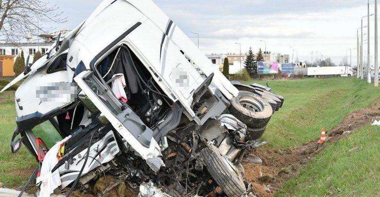 Kierowca osobówki zderzył się z cysterną. Zginął na miejscu (fot.Policja Lubelska)