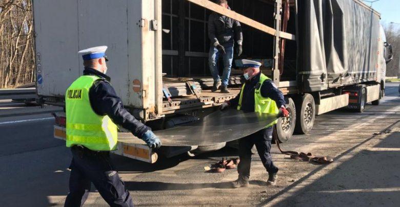 Katowice: Policjanci pomogli załadować TIRa, który zgubił ładunek. Poszło im raz dwa!