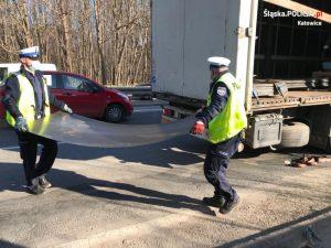 Żeby zbyt długo ruchu nie tamować, policjanci z drogówki zakasali rękawy i siup! ciężarówkę załadowali