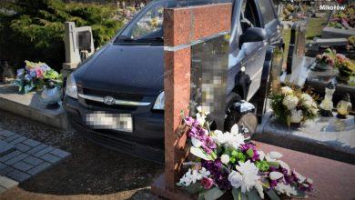 Śląskie: 88-latek jeździł samochodem po cmentarzu! Teraz liczą zniszczone groby [ZDJĘCIA] (fot.KPP Mikołów)