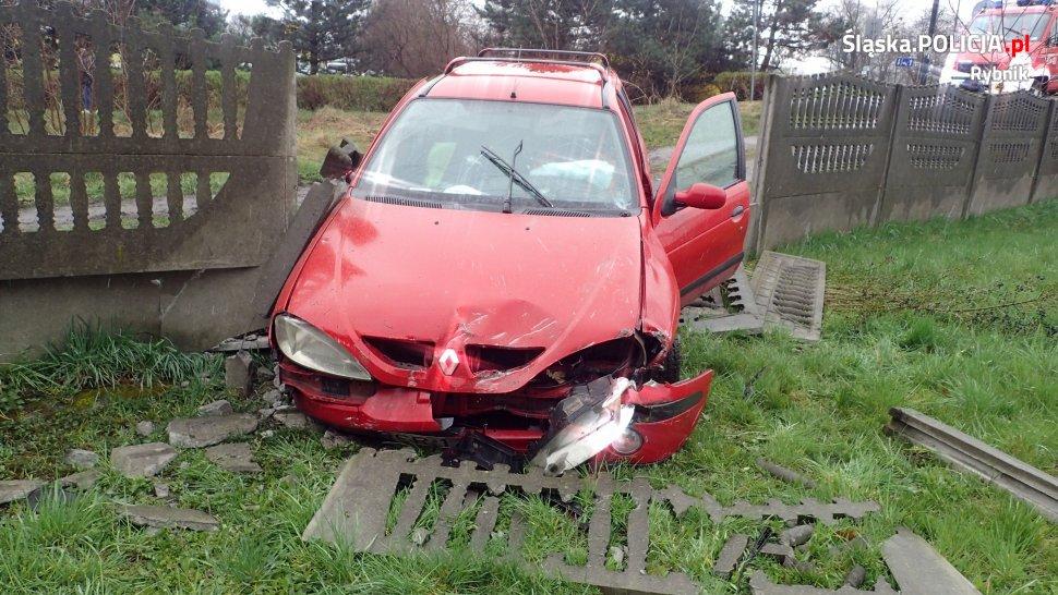 Groźny wypadek w Rybniku. Osobowe Renault na ulicy Podmiejskiej przeleciało przez pas jezdni, chodnik i pas zieleni, po czym staranowało betonowe ogrodzenie (fot.Policja Rybnik)