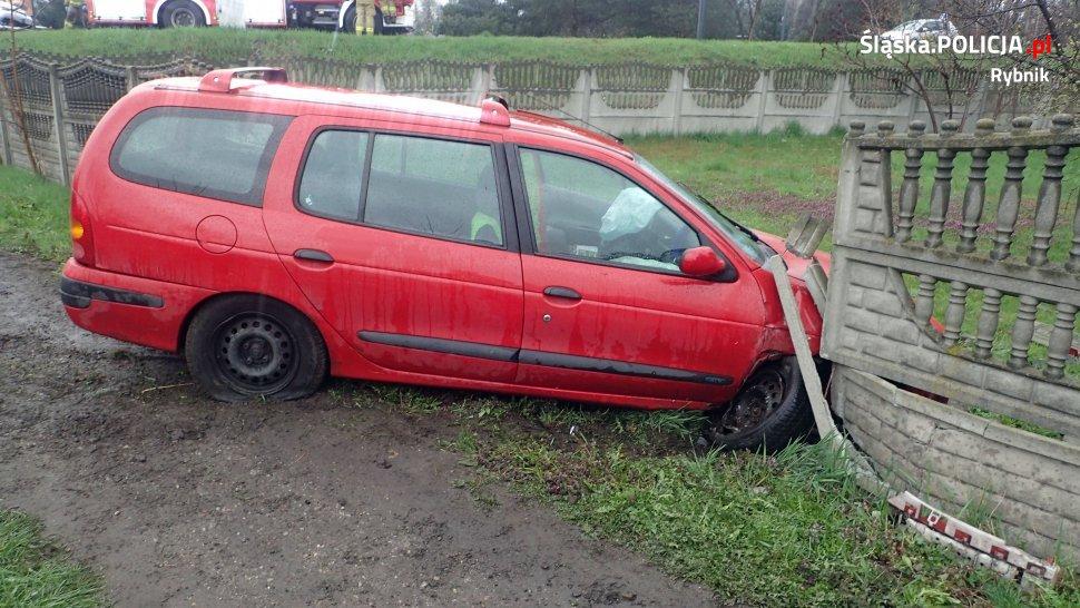 Przeleciał przez drogę, chodnik i betonowy płot. 78-latek prosto zza kierownicy Renault trafił do karetki (fot.KMP Rybnik)
