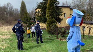 Rybnik: Sznupek odwiedził chłopca na kwarantannie. Bartek chce w przyszłości zostać policjantem (fot.Śląska Policja)