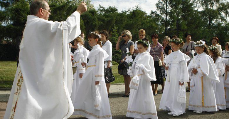 Dopuszczalna komunia na rękę, uroczystości w małych grupach. Decyzja o Pierwszych Komuniach Świętych w arch.katowickiej Foto: Biuro Prasowe Archidiecezji Katowickiej