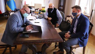 O pomysłach i sposobie organizacji klas Dariusz Skrobol rozmawiał z Damianem Pławeckim, trenerem UKS Plesbad Pszczyna, a także Wojciechem Pękałą właścicielem Śląskiego Centrum Tenisa. [fot. UM Pszczyna]