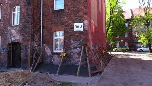 Mieszkańcy kamienicy w Rudzie Śląskiej po domu chodzą pod górę! Dom się przechyla, oni żyją w strachu!