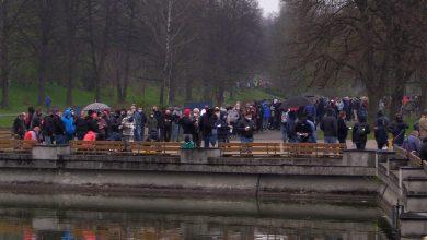 Gigantyczna kolejka przez mobilnym punktem szczepień w Parku Śląskim
