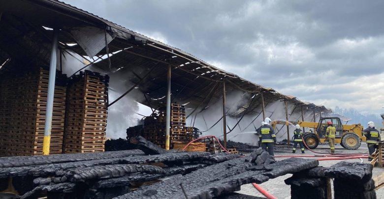 W wyniku pożaru nikt nie ucierpiał, lecz nadpaleniu uległy dwa TIR-y. Całkowite straty nie są znane, po zakończeniu działań straży pożarnej, sprawę będzie badać policja i prokuratura. [fot. Bartosz Bednarczuk]