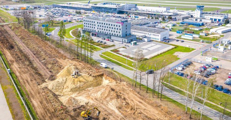 """Trwa budowa stacji kolejowej """"Pyrzowice Lotnisko"""". Pociągi będą jeździć z prędkością do 140 km/h"""