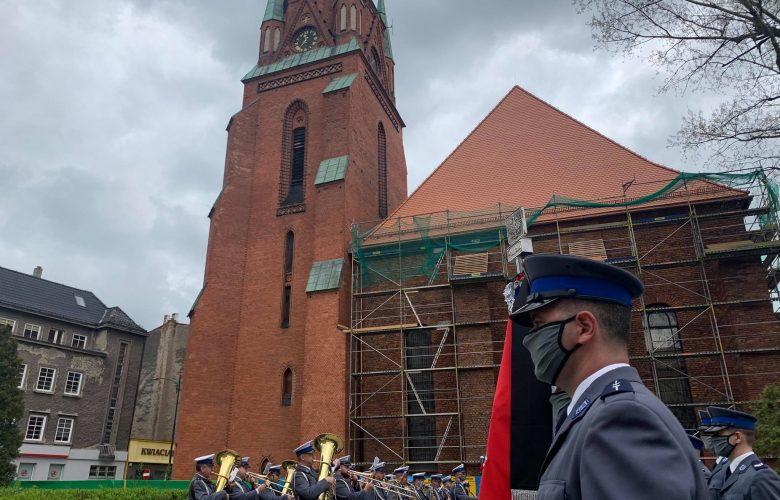 Całe miasto żegnało zastrzelonego w Raciborzu policjanta. W całej Polsce o 12.00 zawyły policyjne syreny (fot.Paweł Jędrusik)