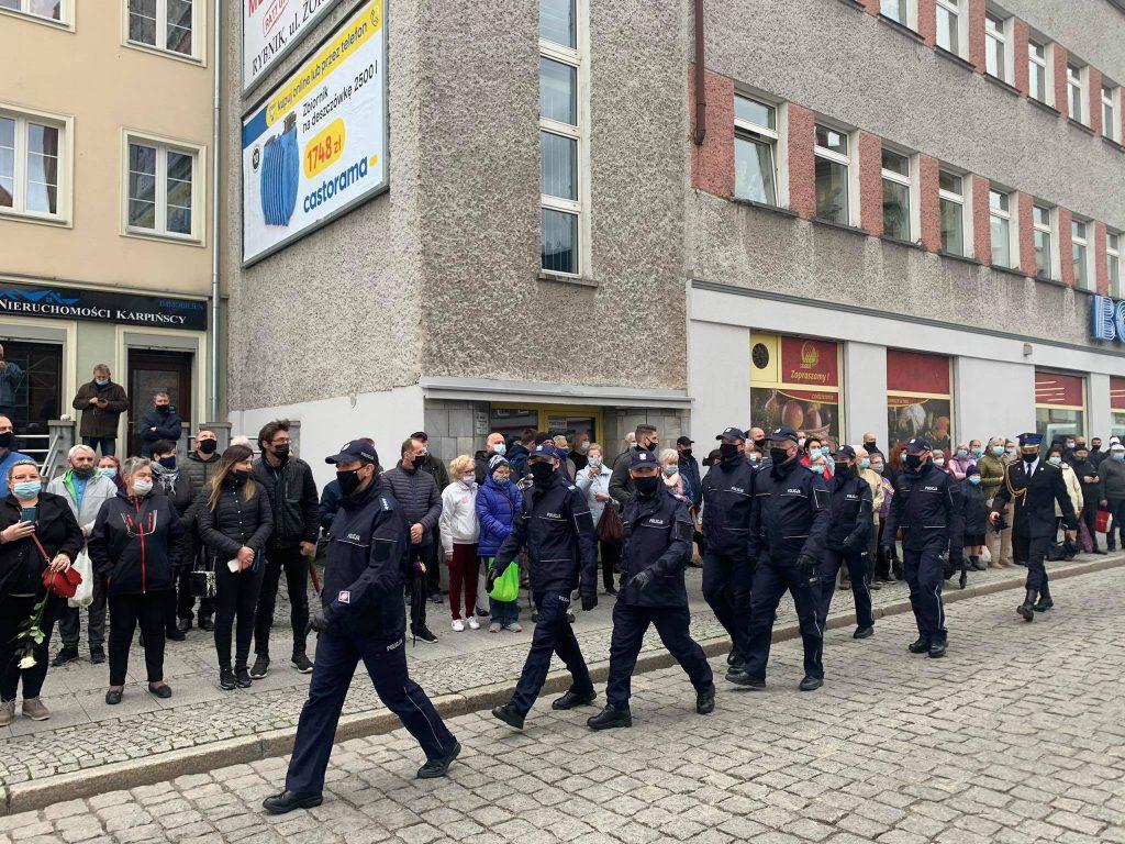 Tłumy mieszkańców i policjantów żegnały dziś asp. Michała Kędzierskiego, który we wtorek został zastrzelony przez bandytę w Raciborzu (fot.Paweł Jędrusik)