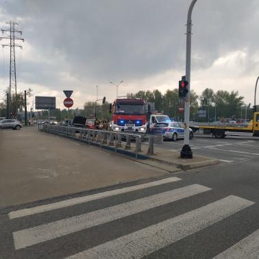 Po zderzeniu samochodów osobowych stanęła Chorzowska w obie strony - ruch jest bardzo spowolniony, na miejscu wypadku wciąż trwa usuwanie jego skutków