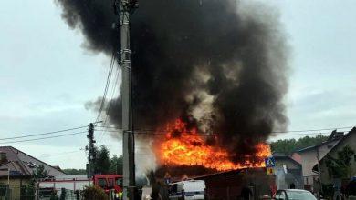Stodoła spłonęła w Tychach. Pożar widać było z daleka, krowa i kury ewakuowane (fot.www.112tychy.pl)