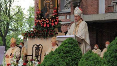 """Pielgrzymka mężczyzn do Piekar Śląskich. Mocna słowa arcybiskupa Gądeckiego: """"Są tacy, którzy ogłosili bogiem siebie"""" (fot.Archidiecezja Katowicka)"""