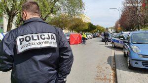 43-letni policjant zginął podczas pełnienia służby w Raciborzu. Strzelił do niego bandyta, który w ubraniu przypominającym policyjne, usiłował kontrolować samochody