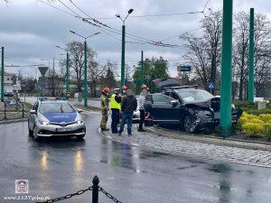 """0,8 promila """"wyprostowało"""" mu rondo? W Tychach nietrzeźwy kierowca zatrzymał się na słupie (fot.www.112tychy.pl)"""