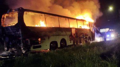 Turystyczny autobus doszczętne spłonął w Imielinie. Sam kierowca - chociaż gasił, jak i czym mógł - nie był w stanie pokonać szybko rozprzestrzeniającego się ognia (fot.www.112tychy.pl)