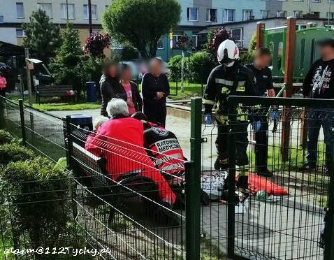 W Bieruniu dziecko wypadło z okna. Mimo upadku z dużej wysokości - nic poważnego mu się nie stało (fot.www.112tychy.pl)