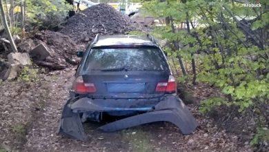 BMW zaczęło uciekać przed policją w jednym kawałku, a skończyło w kilku (fot.policja)
