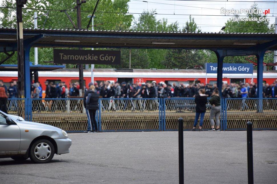 Ruch Chorzów o krok, a nawet kroczek od awansu do 2 ligi. Chorzowianie wygrali 15. mecz z rzędu, wygrywając w Tarnowskich Górach z TS Gwarek 1-0 po golu Janoszki (fot.policja)