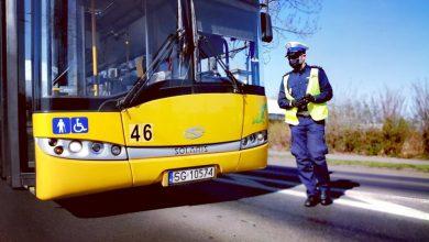 Policjant podczas kontroli autobusu pod kątem przestrzeganie obostrzeń dotyczących COVID-19 (fot.KMP Zabrze)