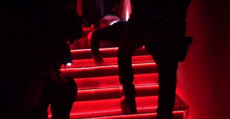 Antyterroryści w nocnym klubie w Tychach. Ostra akcja i zatrzymane 4 osoby. Zarabiali na nierządzie (fot. KWP Katowice)