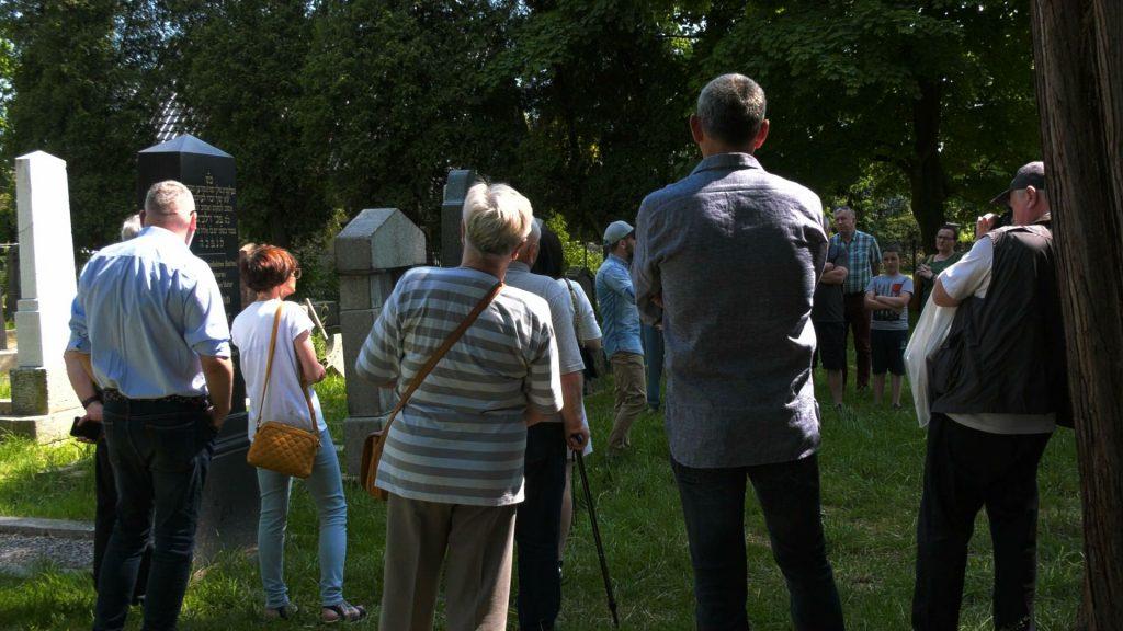 Spacery od wielu lat organizuje opiekun cmentarza, Sławomir Pastuszka