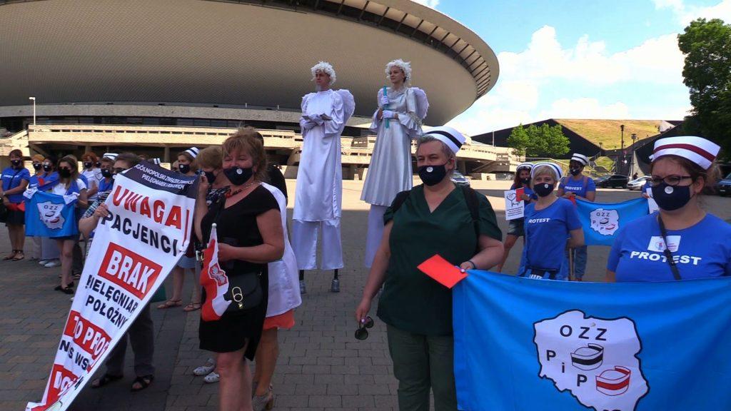 Mają dość głodowych pensji! Protest pielęgniarek i położnych pod Spodkiem w Katowicach