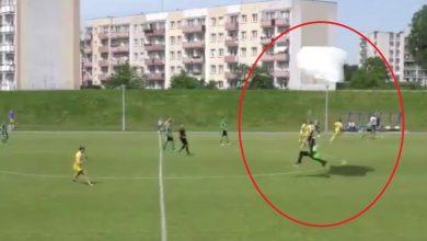 Co tu się stało!!! [WIDEO] Spadochroniarz wylądował na meczu IV ligi między piłkarzami!