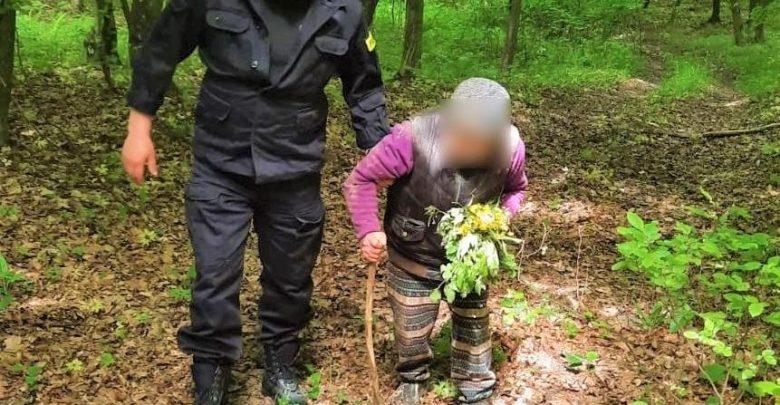 92-latka zniknęła bez śladu. Znalazła się w lesie, zdezorientowana i z bukietem kwiatów (fot.policja)