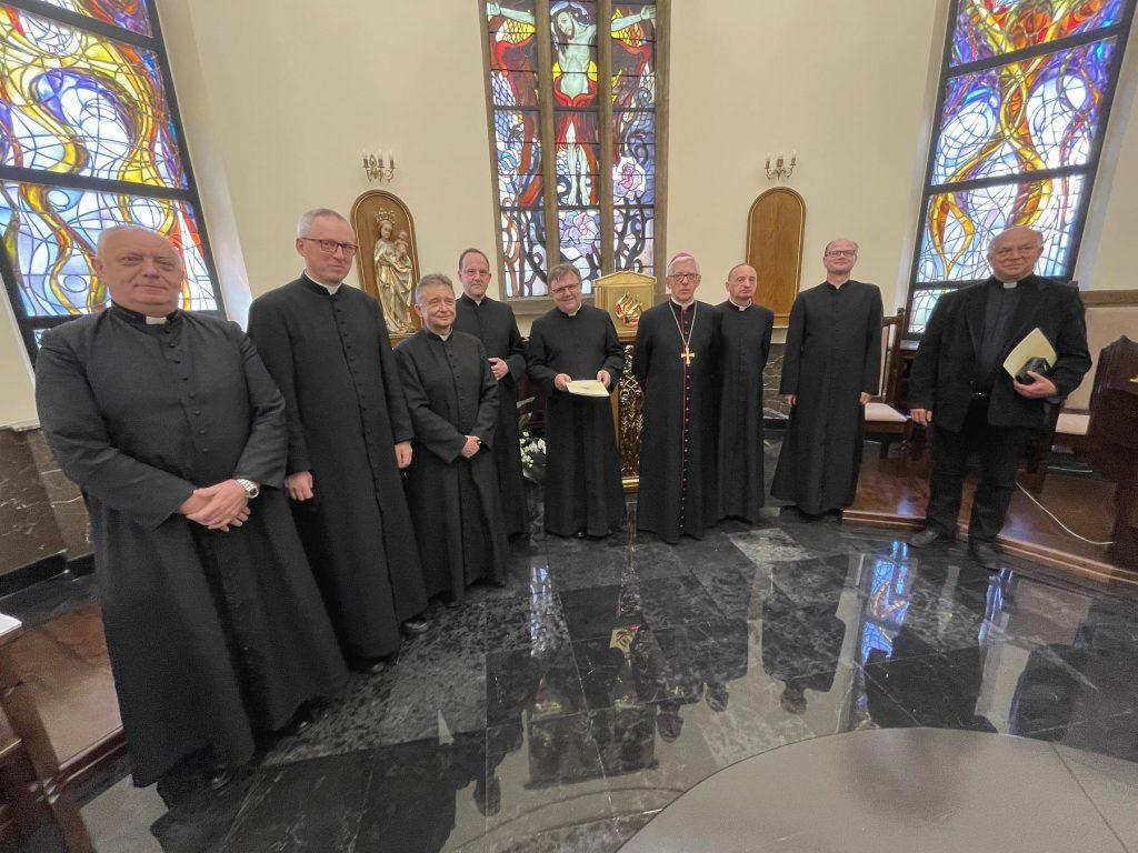 W katowickiej Kurii abp Wiktor Skworc wręczył dekrety dla proboszczów i administratorów (fot.Archidiecezja Katowicka)