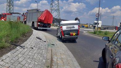 Dwie osobówki zderzyły się w Tychach. Fiat wylądował na dachu! (fot.www.112tychy.pl - Tyskie Służby Ratownicze)