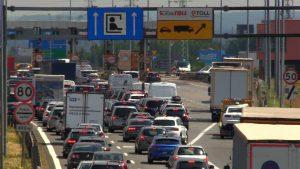 """Samochody cofają się spod bramek e-TOLL. Nowy system poboru opłat na autostradach na razie """"zbyt nowy"""""""