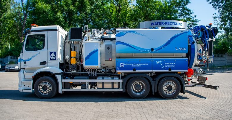 Zakupiony pojazd jest obecnie na rynku najlepszym technologicznie autem specjalistycznym służącym do czyszczenia kanalizacji. [fot. UM Bytom]
