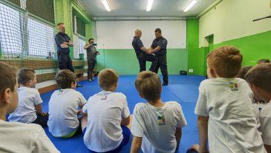 W Szkole Podstawowej nr 10 wMysłowicach odbyły się zajęcia zsamoobrony dla dzieci. Zajęcia poprowadzili profesjonalni instruktorzy samoobrony, naco dzień pracujący wmysłowickiej Straży Miejskiej. [fot. UM Mysłowice]