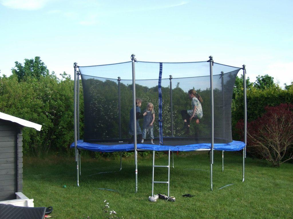 dzieci skaczą na trampolinie (fot.: materiał partnera)