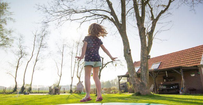 Jaką trampolinę wybrać dla dziecka do ogrodu? (fot.: materiał partnera)