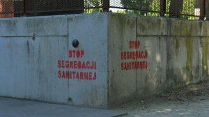 Kampanie zachęcają do szczepień, ale równie aktywni są przeciwnicy szczepień. Antyszczepionkowe hasła pojawiły się na ulicach Bytomia, a także przed jedną ze szkół.